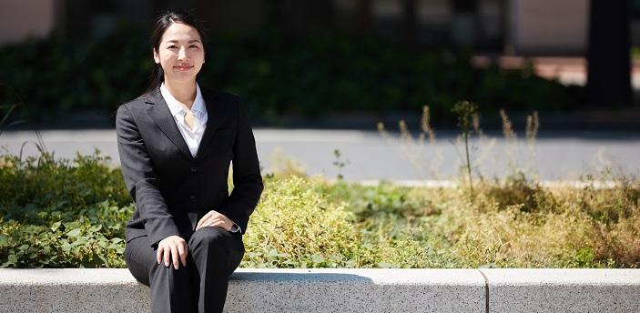 パンツスーツを着た女性の写真